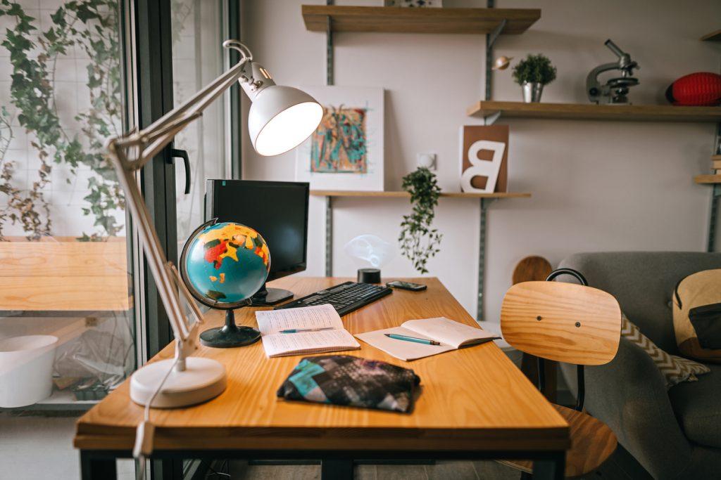 lampe-de-bureau-adaptee-teletravail