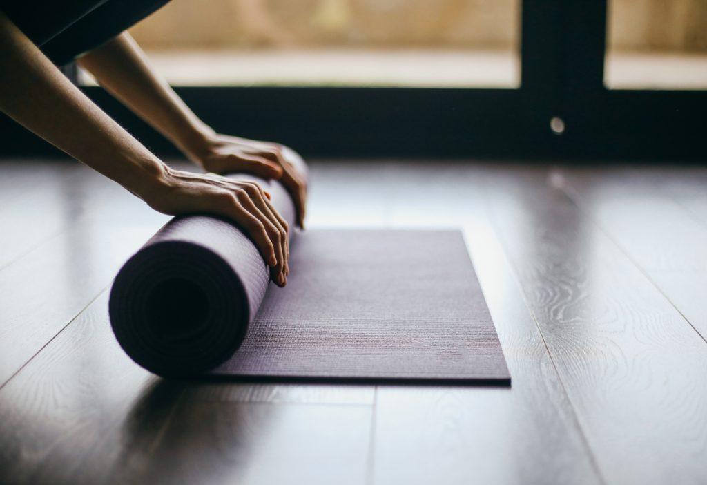 tapis-de-yoga-est-un-accessoire-indispensable-pour-travailler-en-freelance