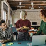 jeunes-entrepreneurs-qui-discutent-dans-un-coworking
