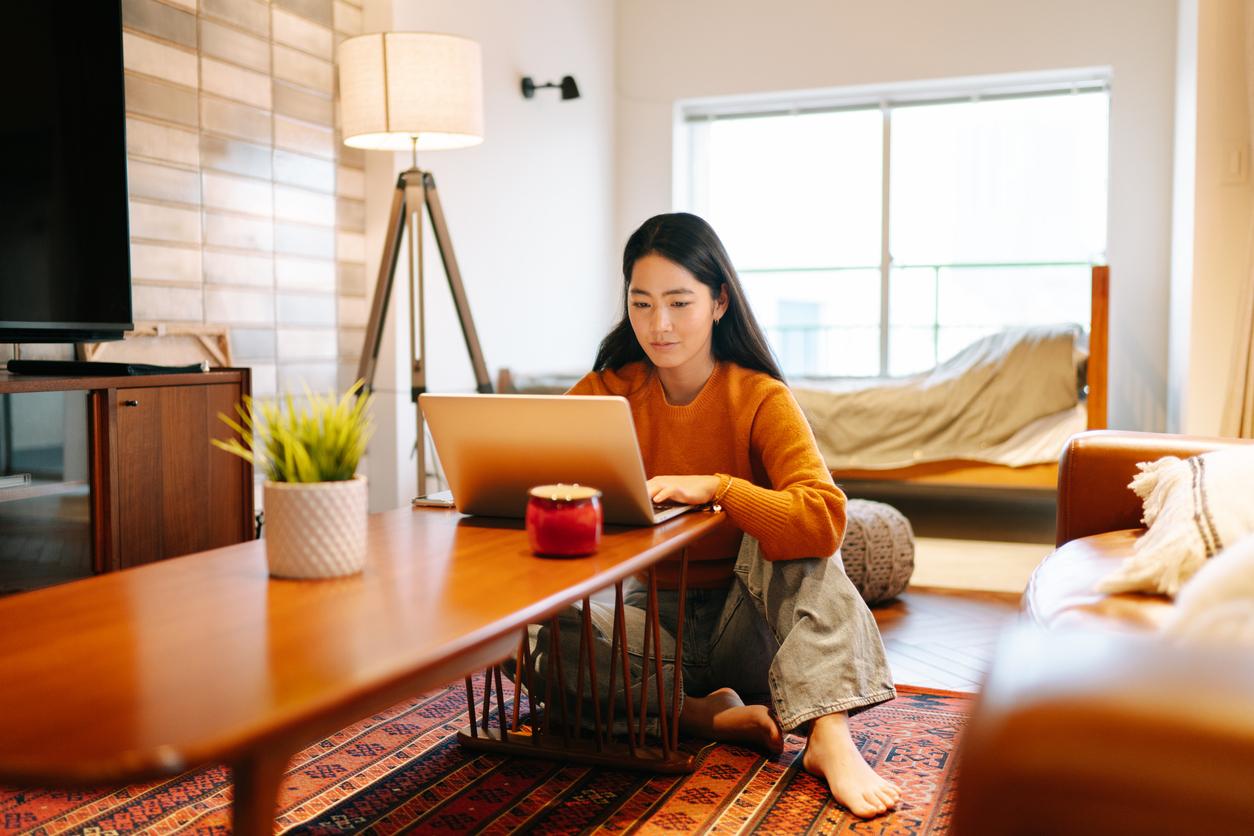 se-concentrer-en-teletravail-femme-ordinateur