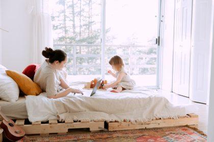 maman-bebe-travail-maison