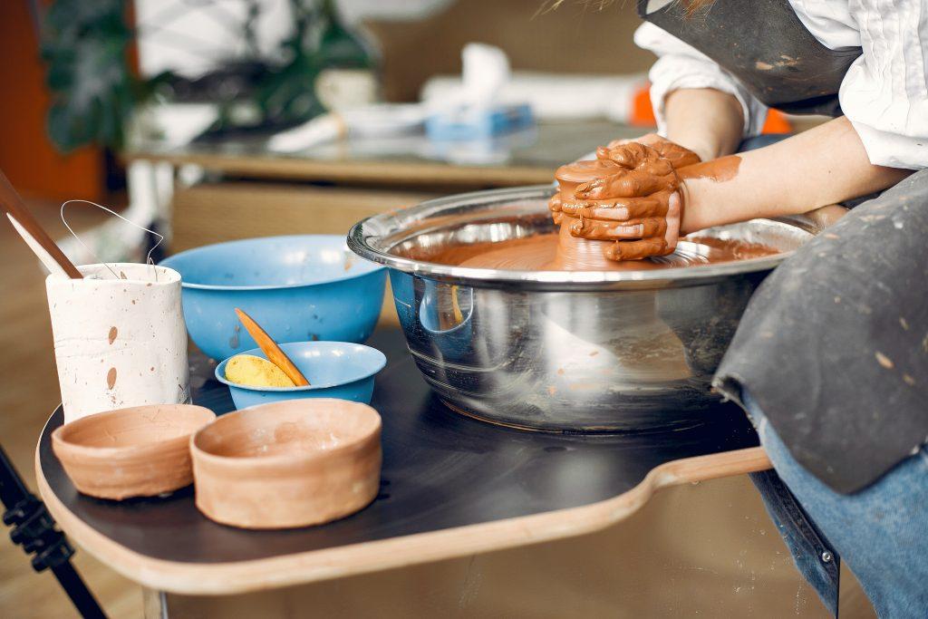 faire-de-la-poterie-activites-artistiques-a-faire-chez-soi
